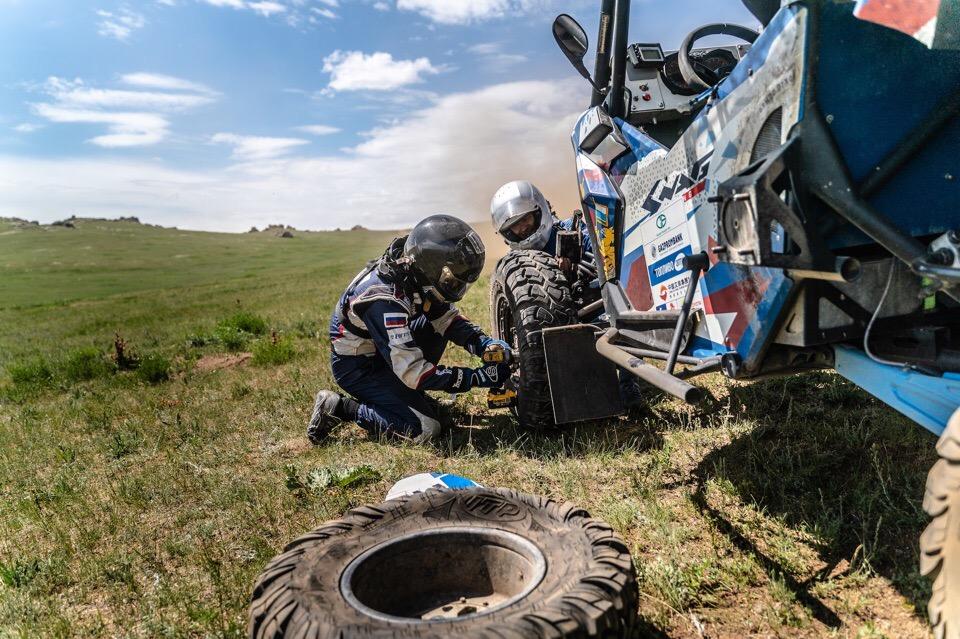 В одном из колес появилась грыжа, но на зоне дозаправки его удалось поменять
