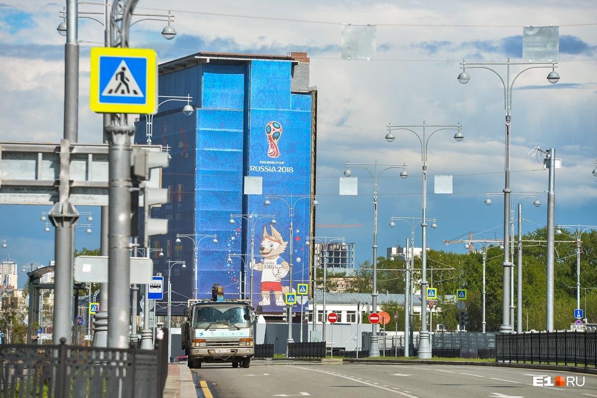 Недостроенное здание завесили рекламой ЧМ