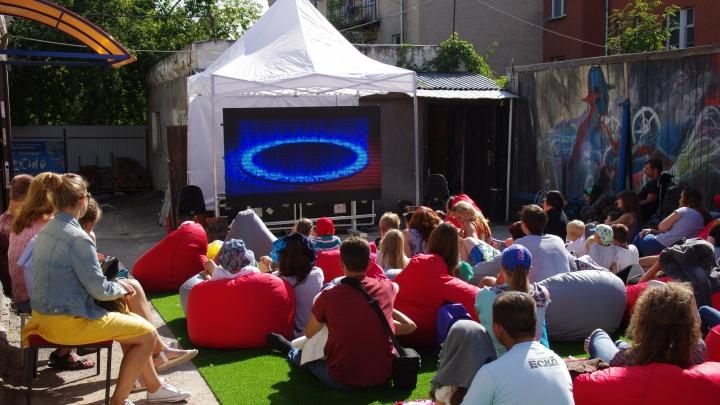 Зажигалки и фонари: новосибирцы светом проголосуют за короткометражки на фестивале уличного кино