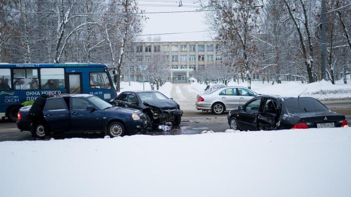 Устроили разборки на дороге: в Брагино случилось тройное ДТП у детской больницы