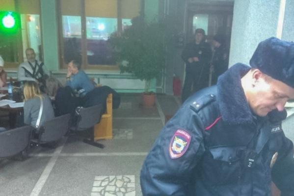 Ночью к активистам приходила полиция. На ЧОП, которое охраняет мэрию, протестующие написали заявление