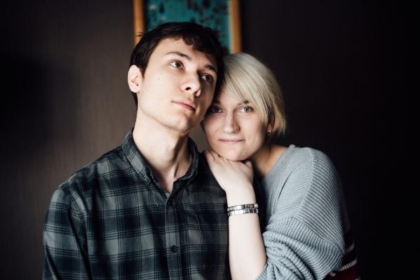 Анастасия Кораблёва шла по Красному проспекту вместе с мужем Василием Мелентьевым, когда на пару напала пьяная компания