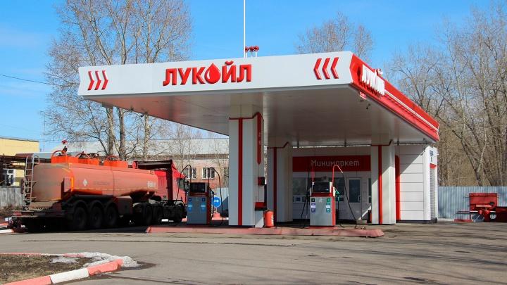 Пьяный водитель угнал машину и протаранил автозаправку под Омском