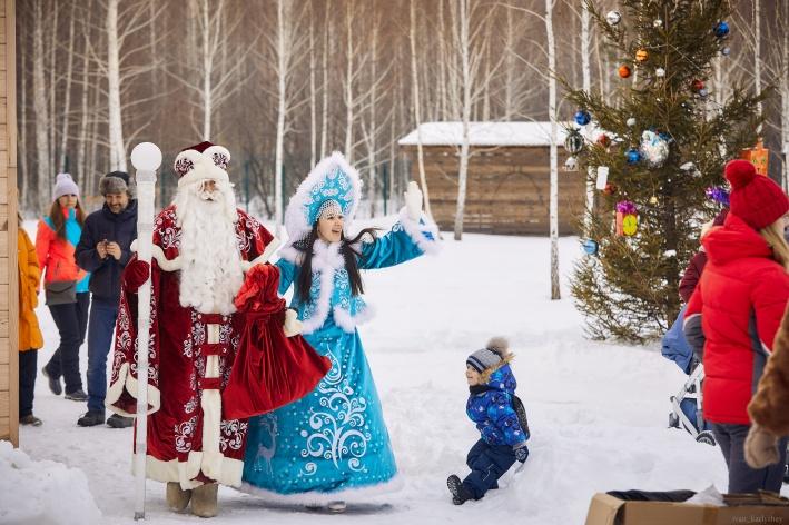 Детям достались небольшие подарки от Деда Мороза
