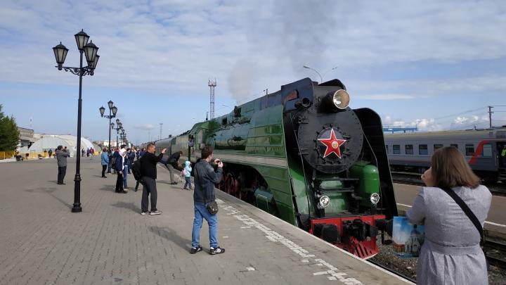 «Объехали по экватору земной шар»: в Архангельск прибыл паровоз 1955 года с вагоном-музеем