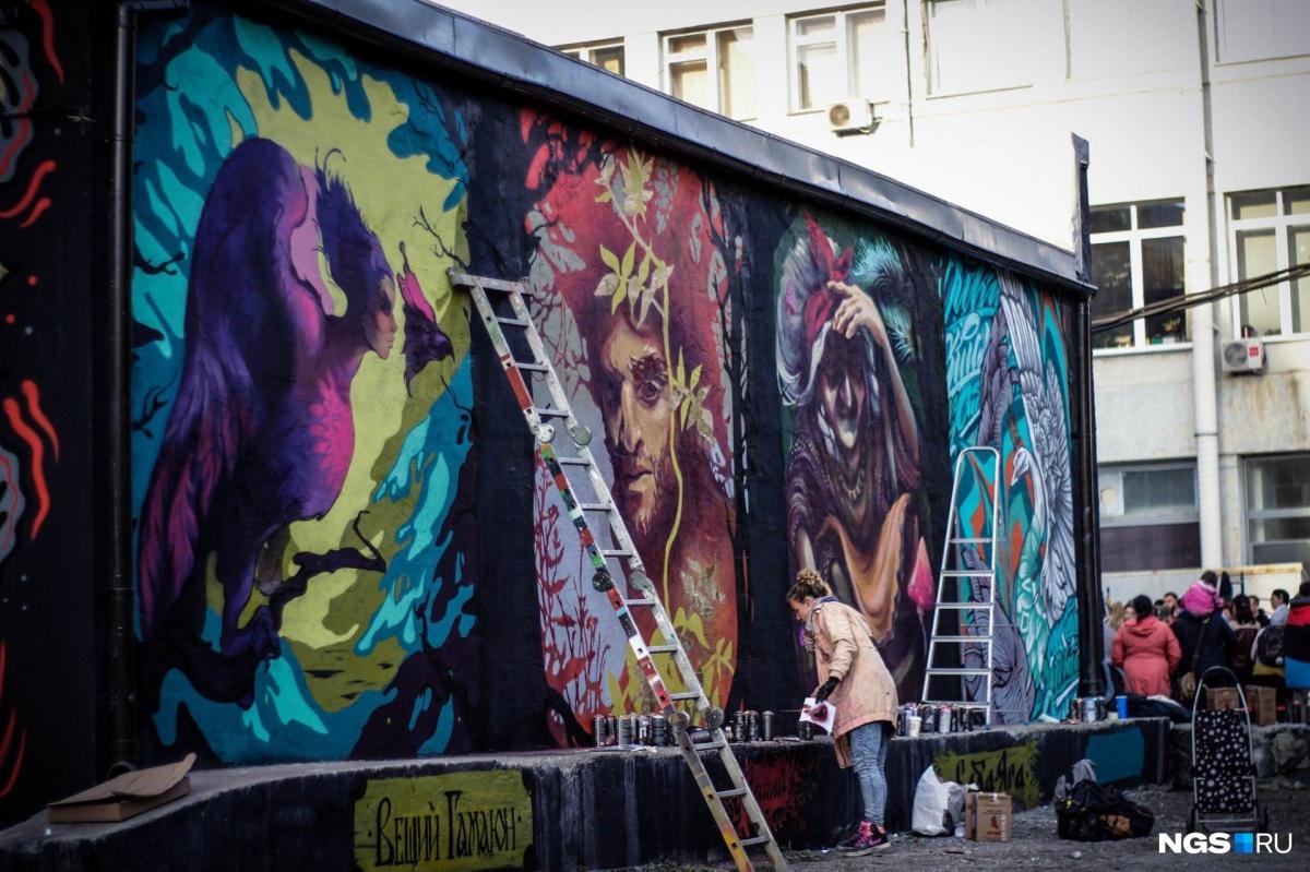 Обновленная стенка, где вместо знаменитой фразы — герои русских сказок