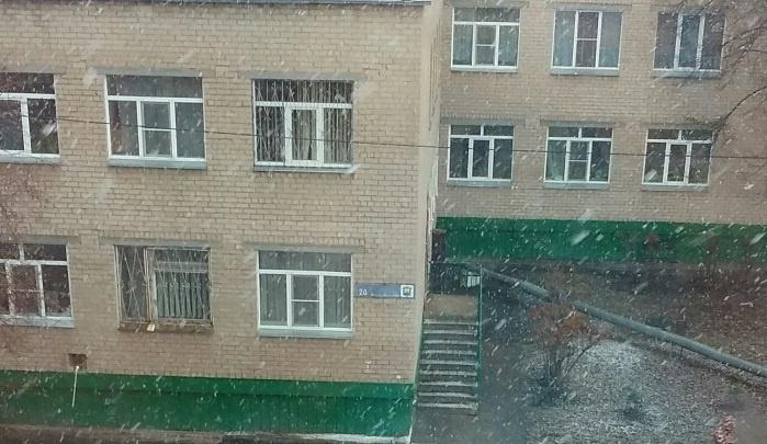 Хлопья с крупную монету: смотрим на снег в конце апреля в Челябинске