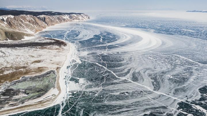 Новосибирский фотограф снял зеркальный лёд Байкала c высоты птичьего полёта