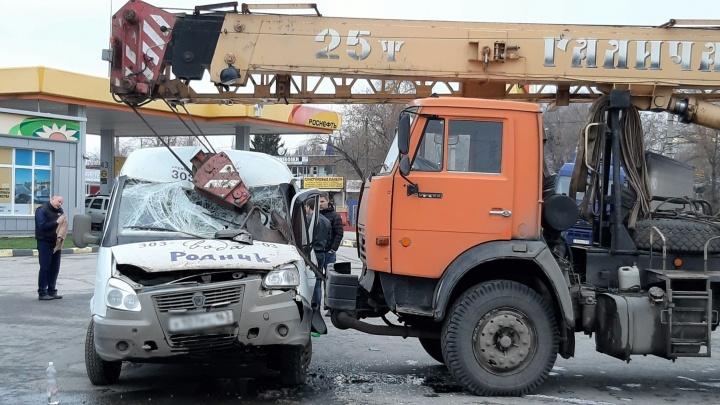 Крюком по лобовому: вСамаре на Заводском шоссе автокран помял «Газель»