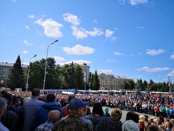Сотни людей собрались на площади у Дворца культуры ВНИИЭФ, чтобы проститься с погибшими земляками