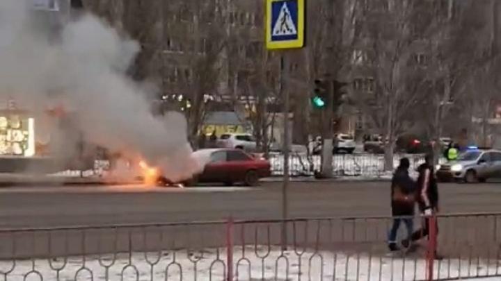 В Волгограде на автобусной остановке загорелась Audi