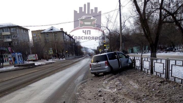 Машина въехала в забор после заноса на разбросанном по дороге снегу