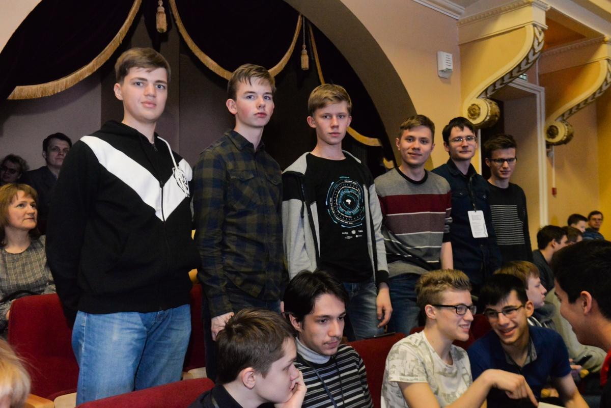 А вот и наши шестеро парней: ребята из девятки, СУНЦа и нижнетагильской гимназии