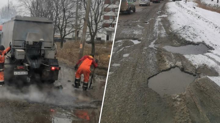 «Асфальтовый суп сварился!»: дорога, которую укладывали в лужи, развалилась через два месяца