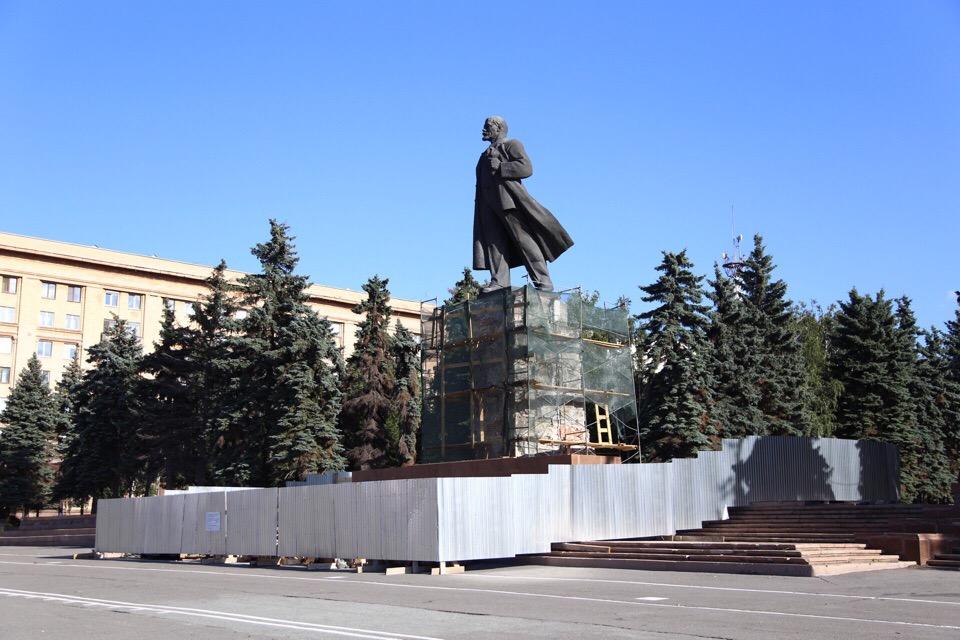 За прошедшую неделю вокруг памятника натянули сетку