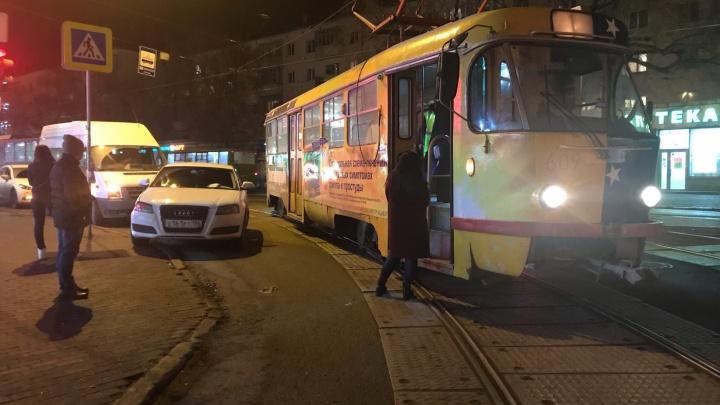 «Может, стрелки не перевелись»: в районе Автовокзала столкнулись трамвай, Audi и микроавтобус