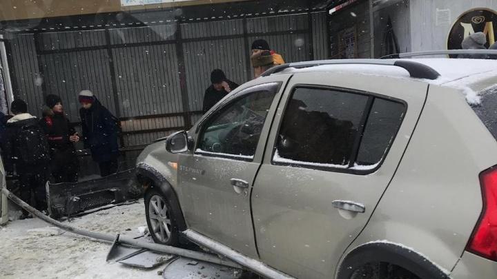Под Новосибирском водитель влетел в павильон на остановке и снёс дорожный знак
