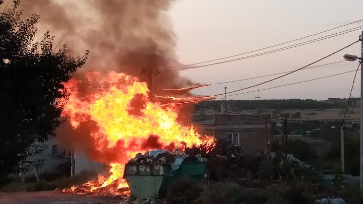 «Несколько улиц остались без света»: В Волгограде сгорела не вывозимая годами свалка: видео