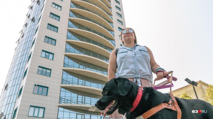 Слепая массажистка из Самары, которую не брали на работу из-за собаки-поводыря, нашла место