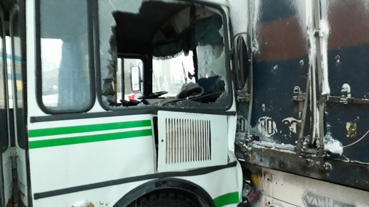 Авария с автобусом и фурой под Новосибирском: в ГИБДД рассказали о травмах пассажиров ПАЗа