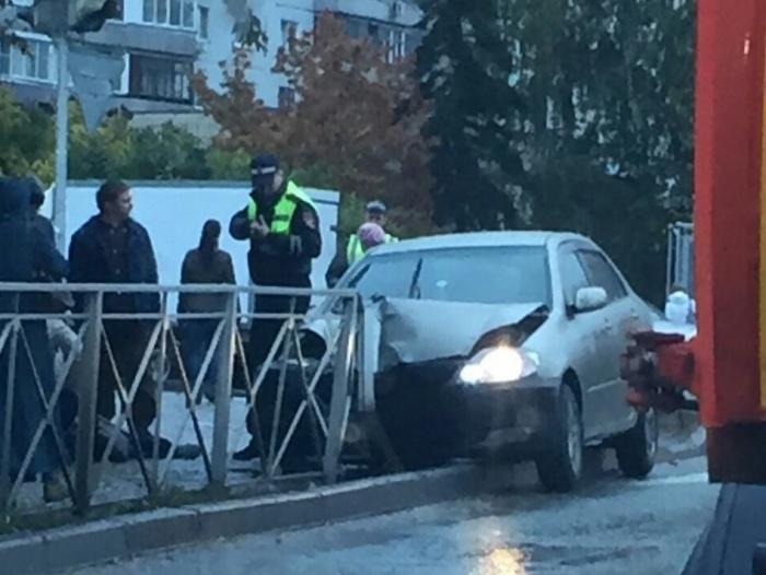 Toyota Corolla сбила женщину на тротуаре и врезалась в ограждение
