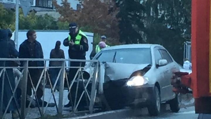 Водитель «Тойоты» сбил пенсионерку на тротуаре и снёс металлический забор