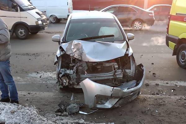 От удара у автомобиля оторвался бампер и деформировался капот