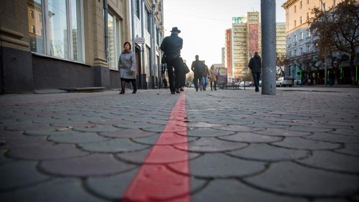 Смотри под ноги: в центре Новосибирска на асфальте появилась красная линия для приезжих