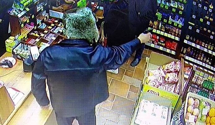 В Ярославле мужчина ворвался в магазин, размахивая пистолетом