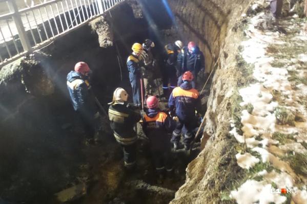 Тела погибших рабочих искали 29 человек
