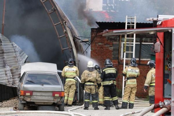 На место сразу выехали пожарные