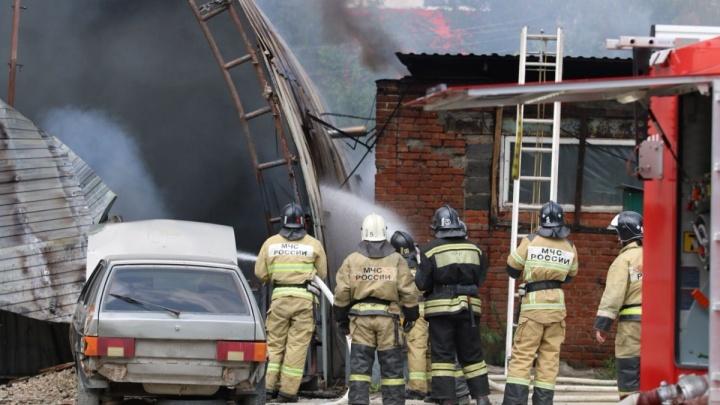 В Ростове потушили горевший склад с ГСМ