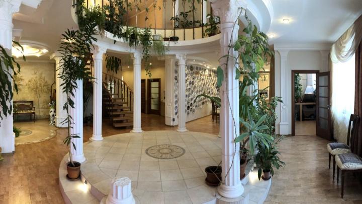 В центре Омска за 35 миллионов продают двухэтажную квартиру с античными колоннами и мангалом