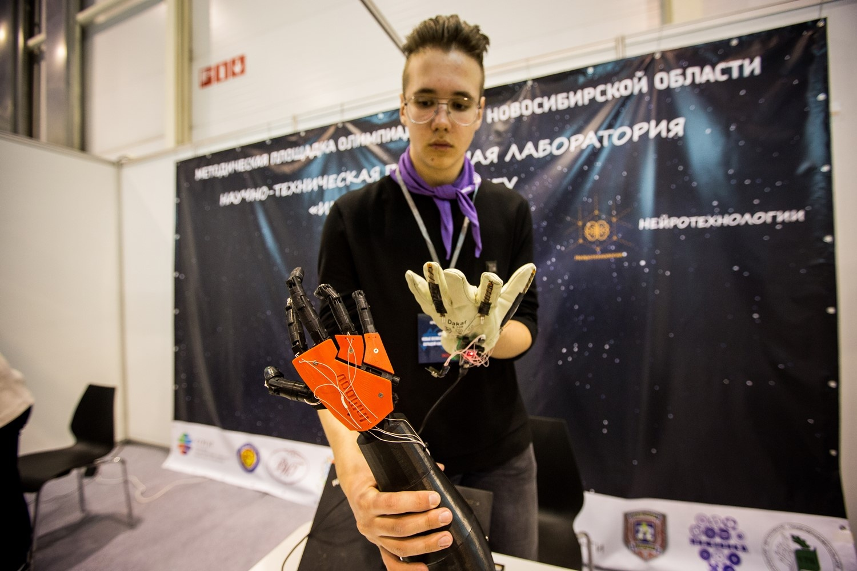 Механическая рука повторяет движение перчатки