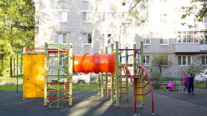 В Рыбинске годовалая девочка выпала из окна: ребёнок в коме