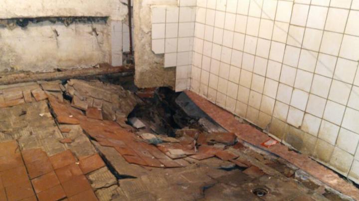 Ушёл из-под ног: в челябинском общежитии провалился пол
