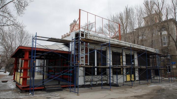 «Никаких документов на снос нет»: в центре Волгограда сохранят здание выселенного бара