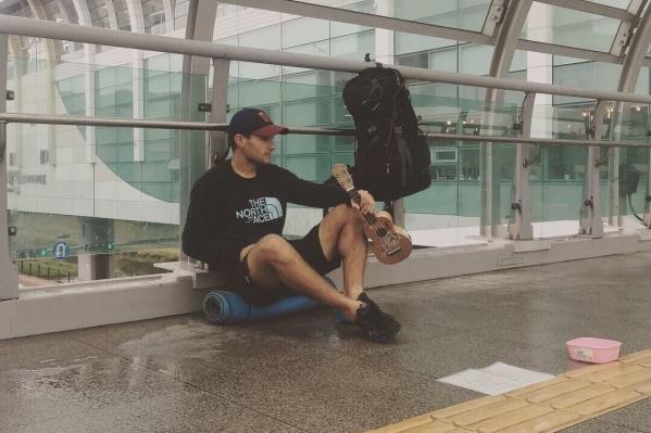 В поездках Артём Кондратьев зарабатывает игрой на укулеле— освоить этот инструмент его побудила любовь к путешествиям
