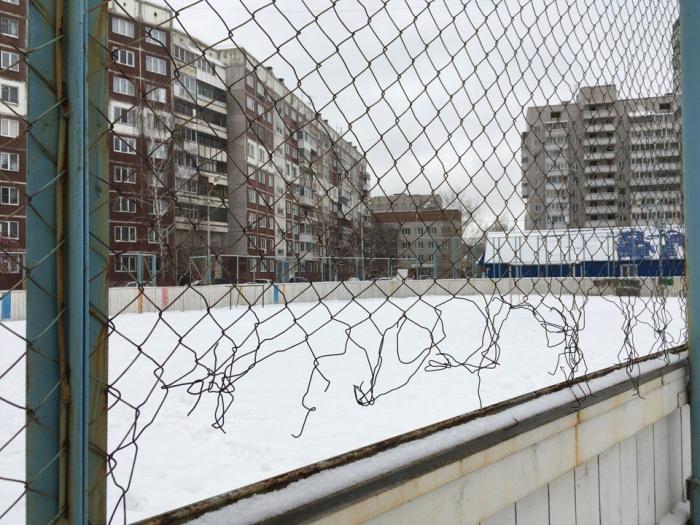 Хоккейная коробка во дворе дома  № 2  на Железнодорожной