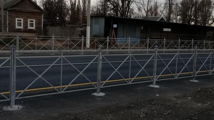 «Нас закрыли от людей»: волгоградцев, живущих вдоль федеральной трассы, огородили железными заборами