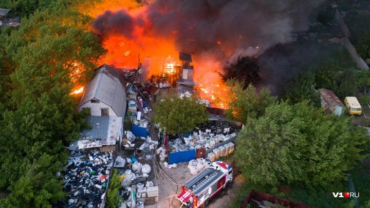 В Волгограде пожар у Мамаева кургана сняли на видео с высоты