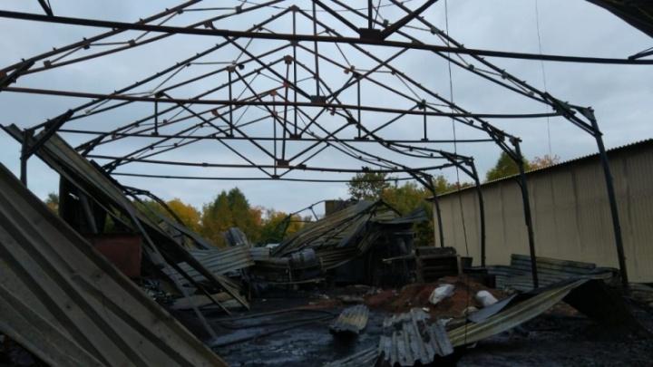 Пожарные седьмой час работают на загоревшихся складах под Новосибирском