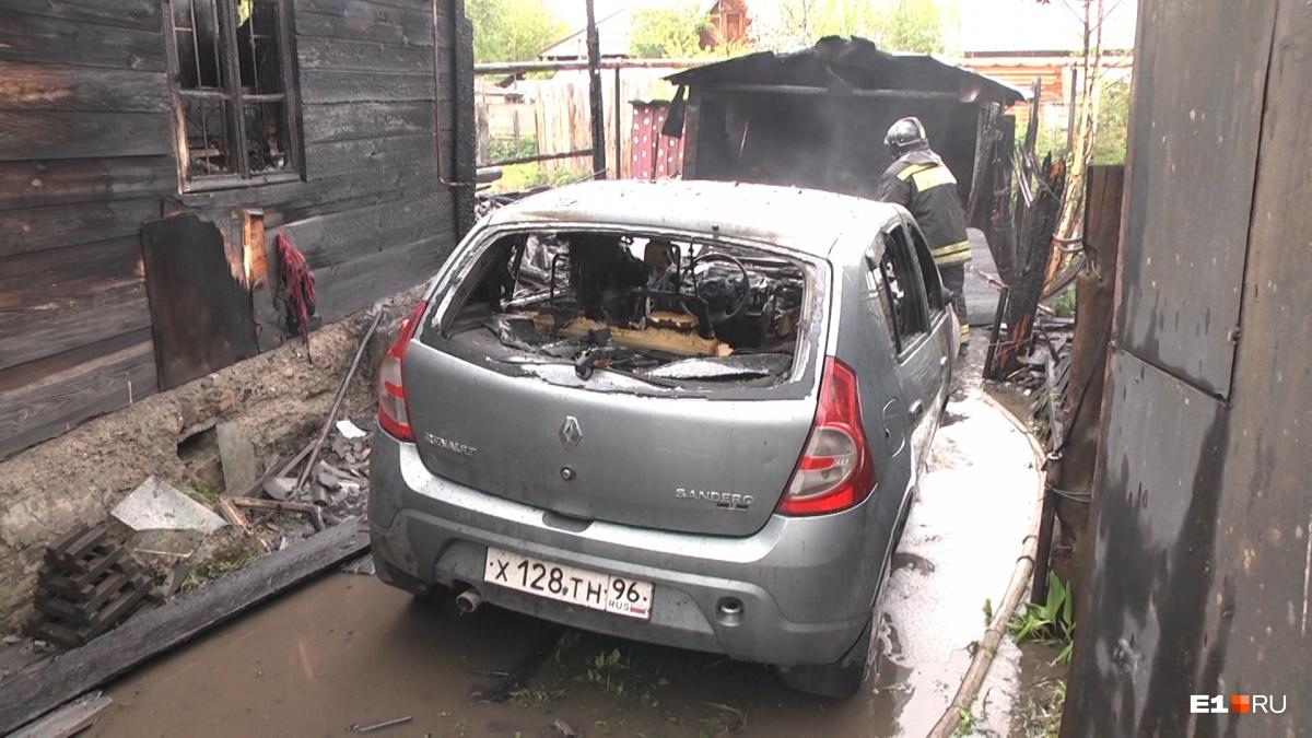 От огня пострадал и автомобиль