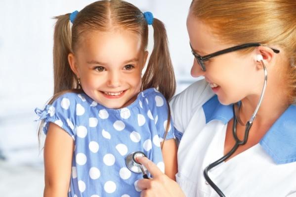 Педиатр проводит профилактические осмотры здоровых детей и ставит диагноз при неприятных симптомах