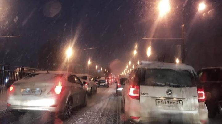 Из-за снегопада Ярославль встал в девятибалльные пробки: всё о ситуации на дорогах