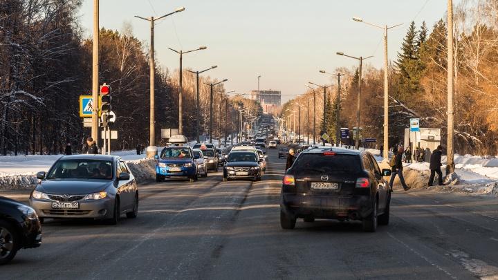 Власти рассказали, когда уберут глубокую колею на проспекте в Академгородке