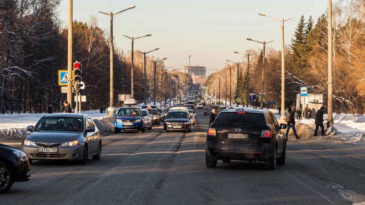 Городские власти пообещали в следующем году справиться с колеёй на проспектеАкадемика Лаврентьева