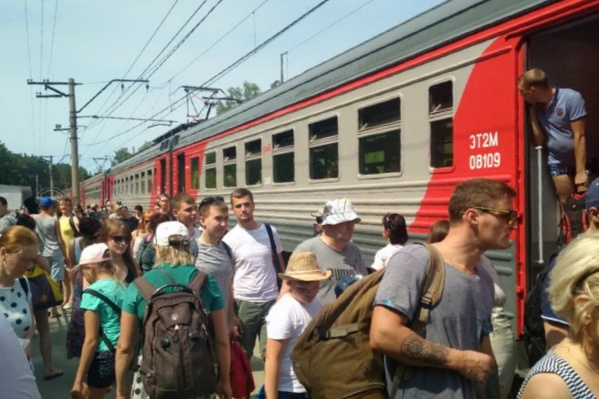 Сотни горожан столпились в электричках, чтобы добраться до Обского моря