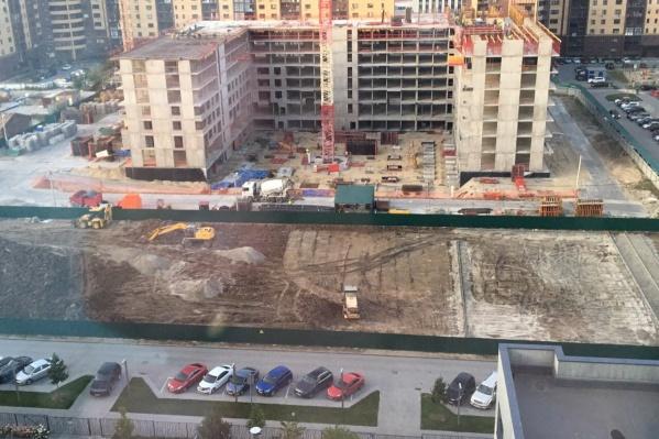 Здесь должен стоят детский сад, но пока его не планируют строить