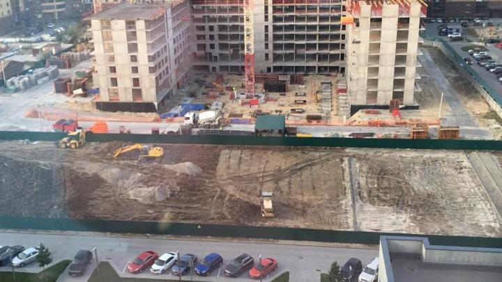 В Тюмени вместо детского сада застройщик построит спортивную площадку. Говорит, временную